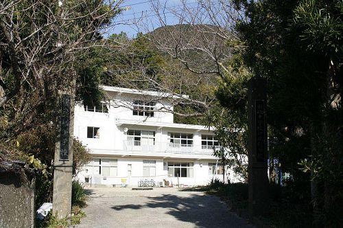 山の中腹にあるきれいな学校。「こんなにいい学校ほかにはない」と先生。