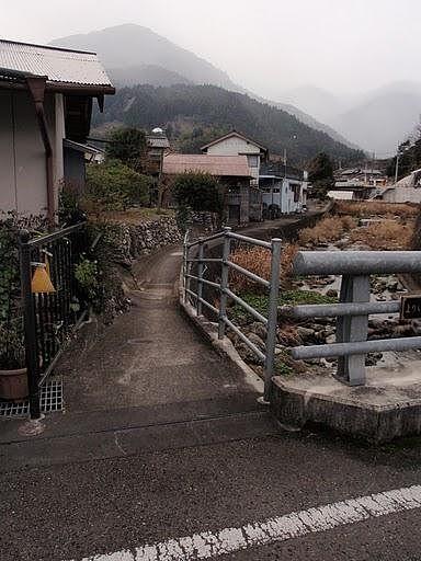 山側へ続く細い道