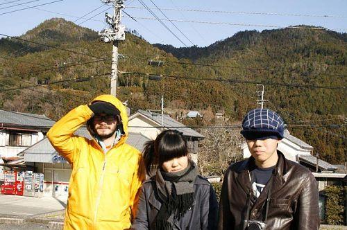 出発前。3人とも見事に目が隠れています。秘密結社?いやいや「清く・正しく・美しい」神山塾生の面々です。