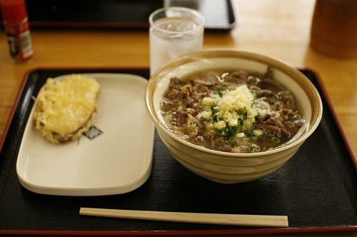 肉玉うどん(中)590円。贅沢品の牛肉を大量摂取。美味。