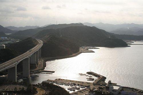 鳴門大橋を渡る高速道路。気持ちいいだろうなあ。