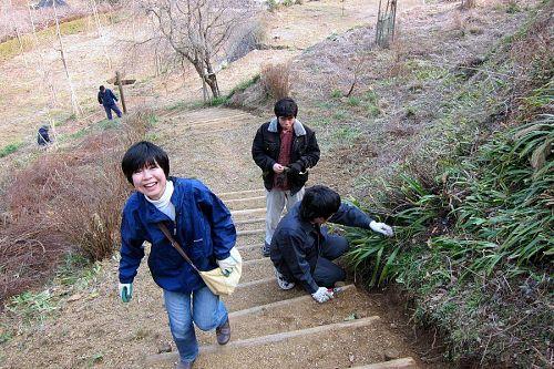 木製ステップ周辺の手入れに余念がない笑顔の中山さん、熱中する大林さん、風邪気味の岸田さん。遠くには高橋さんの元気な姿も。