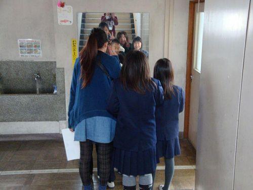 校内に写真を撮りに。鏡の前で「パシャッ!」