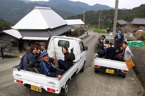 江田地区のおじさんたちも一緒に軽トラーズで掃除に出かけます。(大南撮影)