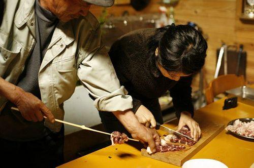 その場で、切って、その場で焼く。竹串もその場で作ったもの。