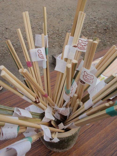 参加してくれた子には、前日に塾生で大量生産した、たぬき印の竹のお箸をプレゼント。