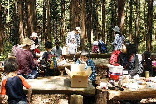 さながら森のレストラン。外でみんなで食べるごはんってどうしておいしいのだろう。