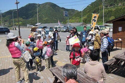 「神山こども自然塾」は、塾生の塾生による子どもたちのためのプログラム。企画から集客、運営に至る、すべてを塾生たちの手でやり遂げました。