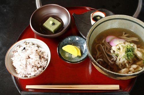 季節の小鉢がついた風味豊かな田舎そば定食。1000円。