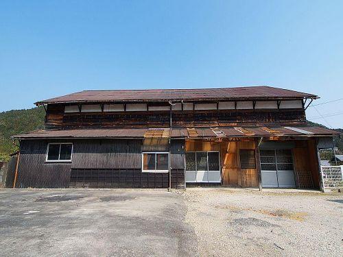 昭和4年に地元の医師佐々木高助氏によって創建された劇場寄井座。神山人の思い出が詰まっています。