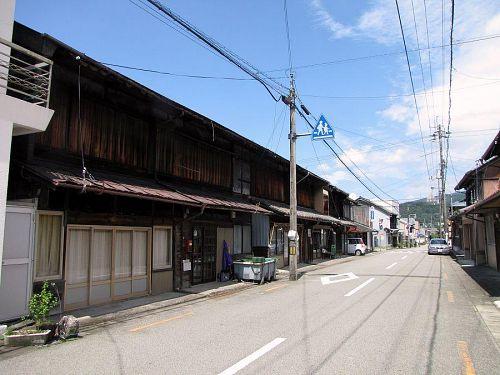 昭和初期にワープ。長屋などの木造建築が郷愁を誘う寄井商店街。