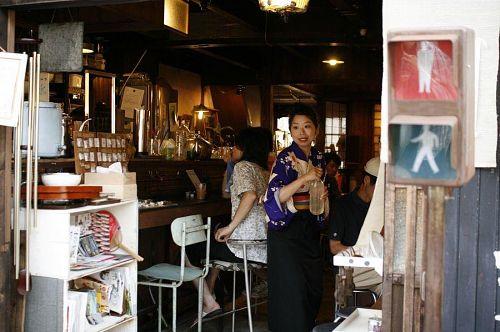 おしゃれな町屋カフェ「道–タオ–」も発見。店員さんの着物も素敵です。