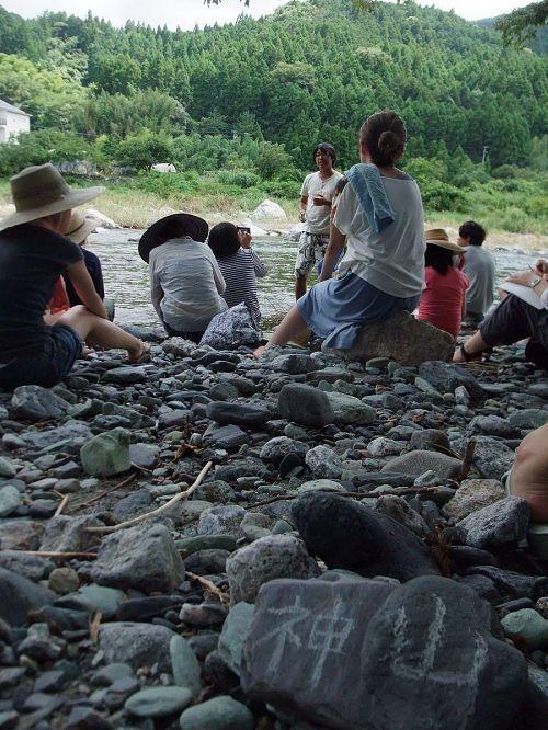 川に入り講義を行う中村健太さん
