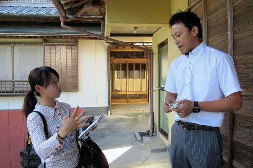 徳島新聞大野真味記者から事業の背景などの質問を受ける(株)ダンクソフトの山下拓未さん。