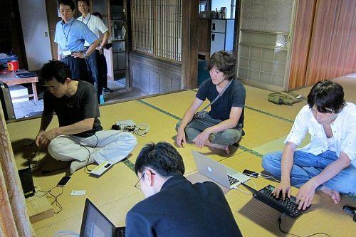 高性能なルーターの取り付けに駆け付けてくれた仁木島さん。神山のITシーンに欠かせない人材です。