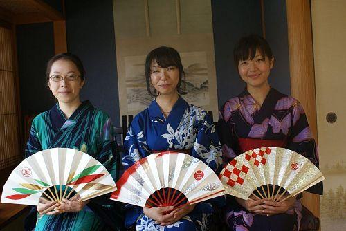 日本舞踊の扇もよく似合います。