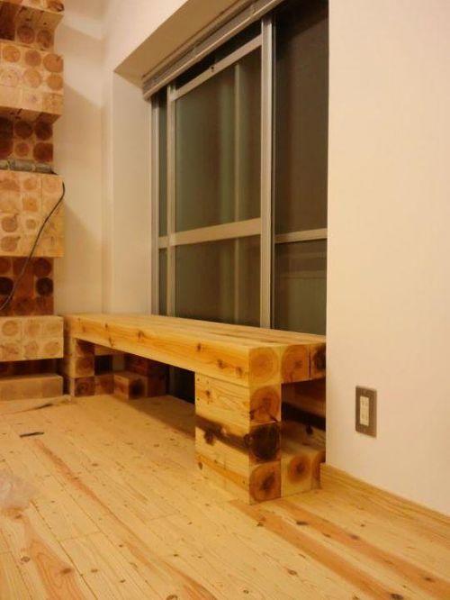 左にちょっとだけ見える壁の装飾とベンチは「七節デザイン」デザイナーであるユウくんがデザインしたもの。ベンチは組み替え次第でベッドにも飾り棚にも出来るようです。