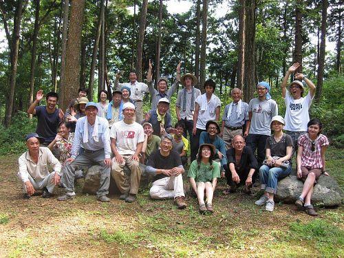 神山の人々の親しさを、KAIR2009・山中カメラさん作「神山スダチ音頭」の歌詞を借りて表現すれば、まさに「親切はお接待の文化」。いわゆる余所者もすんなり受け入れてしまう懐の深さ。画像はいつかの森づくりの一幕。