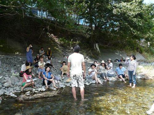 そして、神山塾の周知の話でこの人を欠くわけにはいきません。募集記事を掲載させていただいている東京仕事百貨、その仕掛け人ケンタさんの願望(?)。写真は川に入ってゲストスピーカーをするケンタさんの後姿。