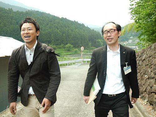 委員の皆さんをお見送りし、ホッとした表情を浮かべるダンクソフトの山下さんと徳島県庁の島田さん。