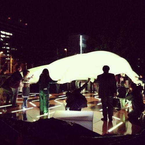 先日行われた徳島LEDアートフェスティバル2013HOPでのひとこま。「ひかり場」という作品です。