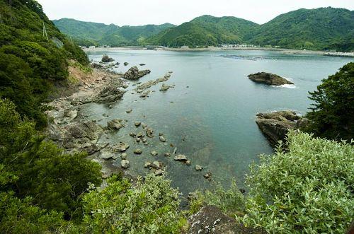 恵比須洞から恵比須浜の眺め。(更に奥に美波Labがあります!)太平洋に面していながらも内にへこんでいるのでとても穏やかです。
