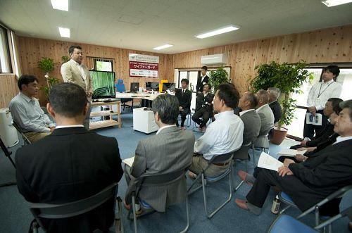 サイファー・テック(株)代表の吉田さんの挨拶 左横に美波Lab所長の久米さん