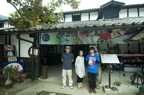 左から、三好市企画財政部地域振興課の中村さん、百年蔵のオーナーの西岡さん、地域起こし協力隊の薮下さん。に、ご案内いただきました。