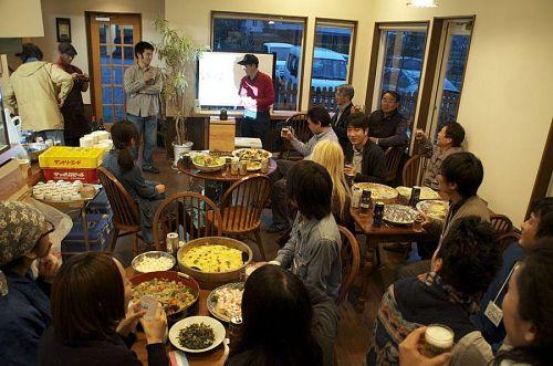 第3期神山塾歓迎会の様子。ここから半年間、地域内外のいろんな方とのいろんな関わりや交流が始まっていきます。写真は第3期塾生ブルくんの記事より拝借いたしました。勝手に使ってすいません&ありがとうございます。