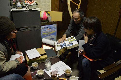 神山町史を手に説明する阿部さん