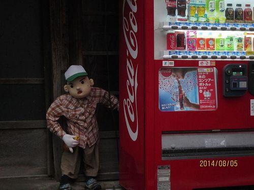自販機の横の男の子