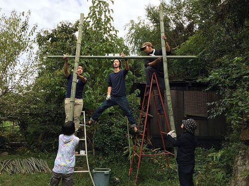 竹で家を建てました! 当日はこちらで小久保さんのライブを行います。