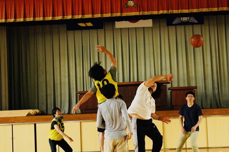 高校の体育館で、寮生と地域の大人混合のバスケの試合があった