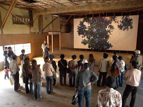 Viewing Satoshi Uchiumi's work at the Yorii-za Theater during the 2007 art tour