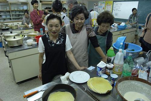 The Kamiyama ladies study Andrea's cooking technique