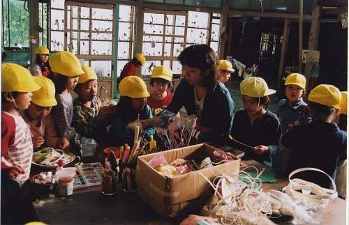 保育園児と共に「旗プロジェクト」制作風景。