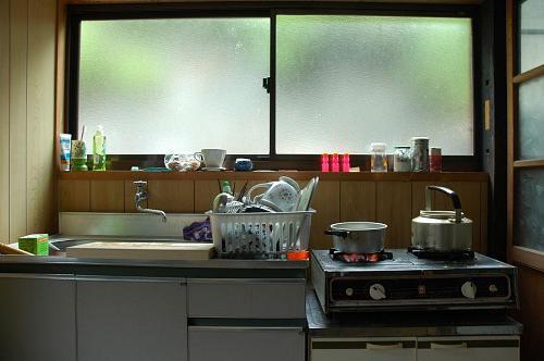 ヤマニキッチン:ガスコンロと小さなカウンター