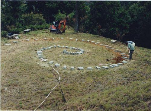 神山温泉近くの「創造の森」にて、作品設置風景