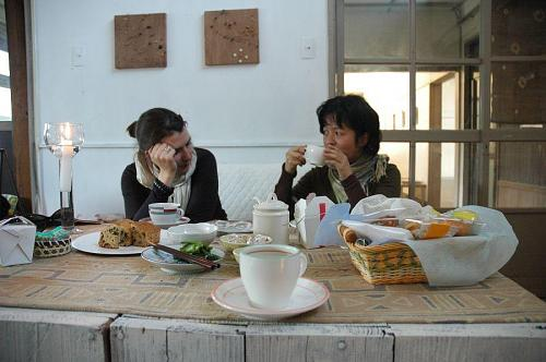エマさんと睦さん、お茶を飲みながらおしゃべりタイム