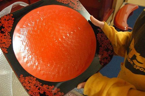後藤塗り職人5代目の後藤孝子さんが太田儔さんの研究所で作った盆