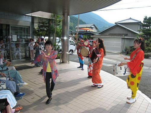 「寄井座」で、「特別養護老人ホーム」で、どこでも踊れまっせえ!ここでは阿波踊り風に。