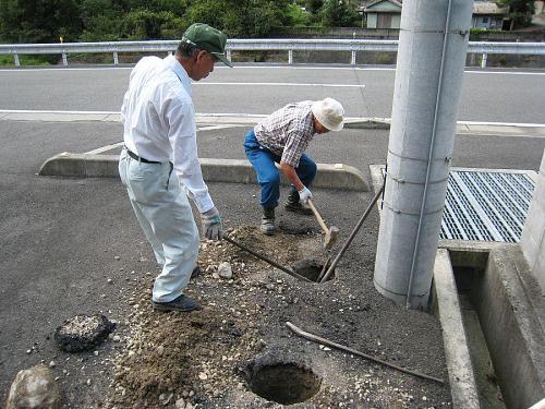 玉石交じりの土砂掘削。深さ50センチはかなり堪えます・・・。