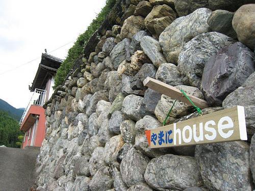 門先の石垣にも、ほらこの通り!