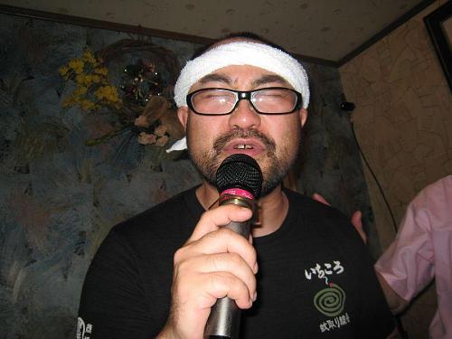 「小平の熊」・・・ではありません。油絵の吉澤和芳さん(2003年作家)。どんな歌を歌っても情感たっぷり。抜群の歌唱力!(会場から)歌手に転向したほうがとの声・・・(笑)。T-シャツまで焼酎に染まって・・・と思ったら、蚊取り線香でした。