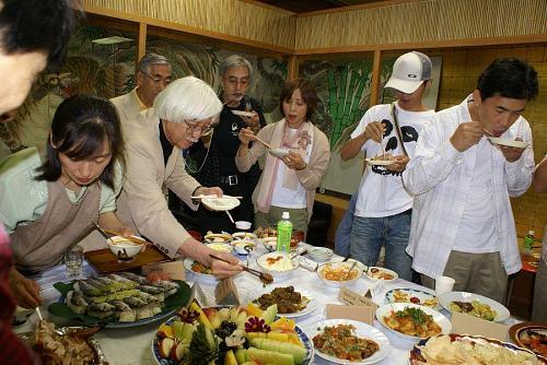 タコビンさん、鳴門教育大学の院生、早渕君、通訳のクレアさんも大活躍