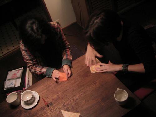 折り紙を折る睦ちゃんとエマ