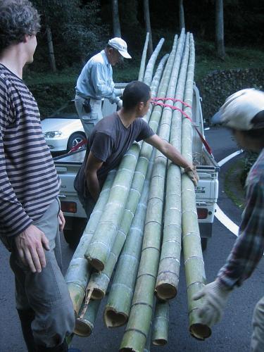 多分軽トラの倍の長さの竹をみっちり積みます