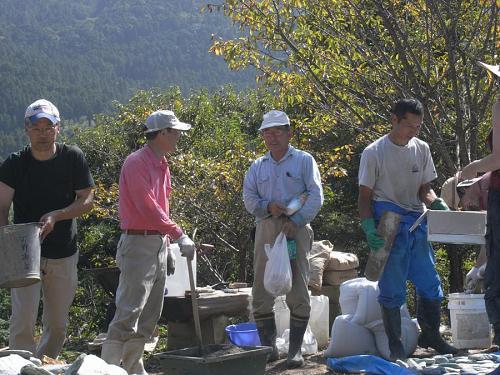 粟飯原とうさん(中央)も、お茶とお菓子と大量のコテ!を持って駆けつけてくれました。