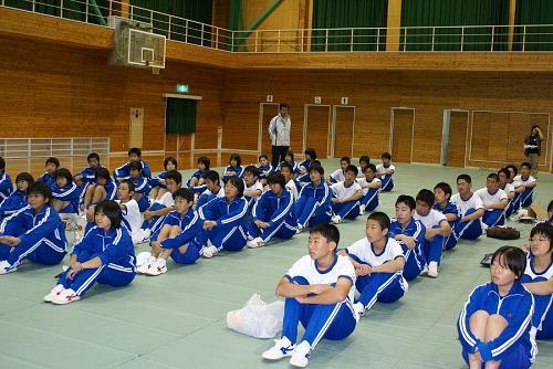 毎年全校生徒が課外授業を受けます。