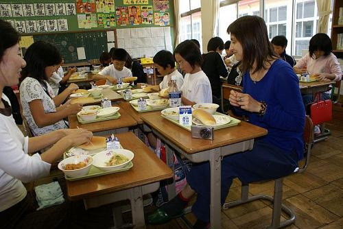 五年生の教室で給食タイム。